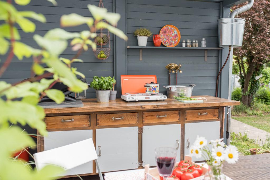 DIY upcycling Outdoor Küche aus einer alten Werkbank mit Grill und Gaskocher als Gartenküche für den Sommer