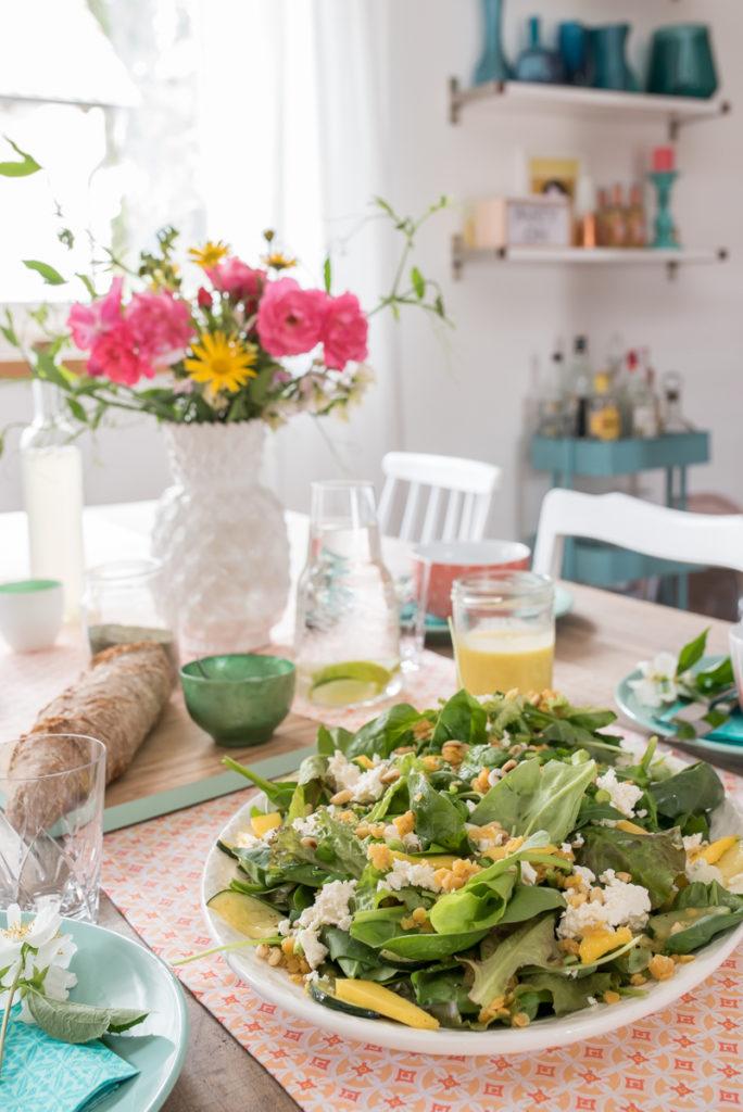 Dekoideen für den Sommer in frischen Farben und leckerer Salat mit roten Linsen und Mango Curry Dressing