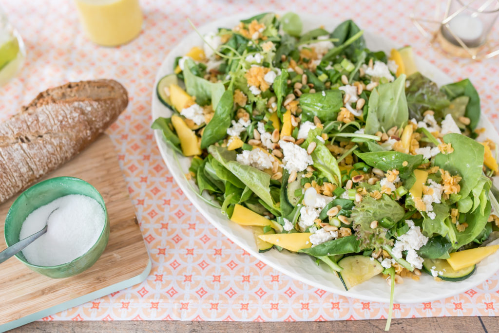 Rezept für sommerlichen vegetarischen Salat mit Mango Curry Dressing, roten Linsen  und Feta
