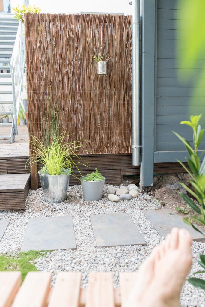 DIY Sichtschutz aus einer Weidenmatte für den Garten