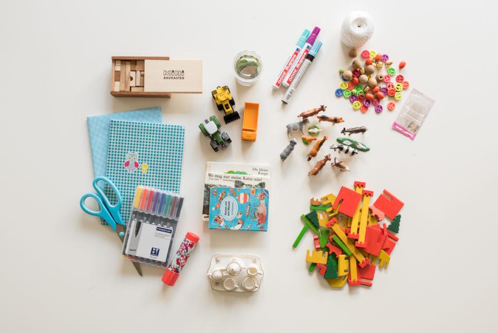 Kinderkiste mit Spielsachem im Mini Format für den Urlaub mit dem Wohnmobil mit Kindern
