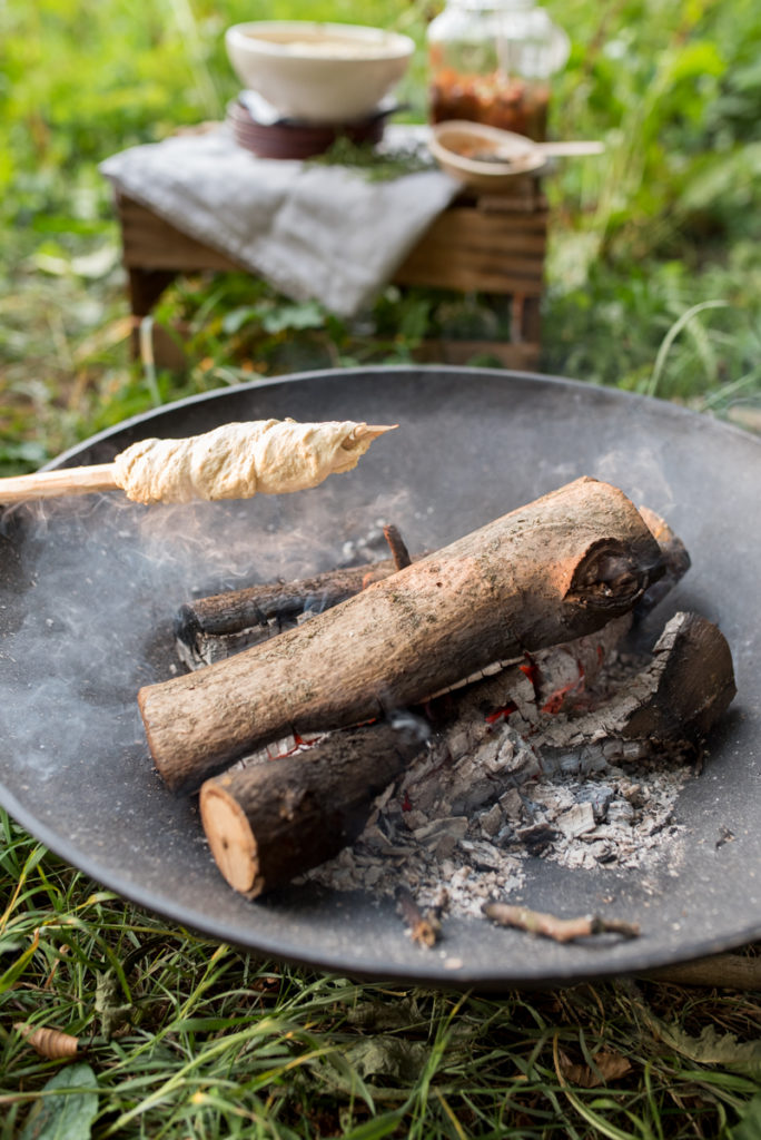 Rezept für sizilianische Caponata und Tapenade aus schwarzen Oliven als Dip zu Stockbrot am Lagerfeuer mit Freunden im Sommer