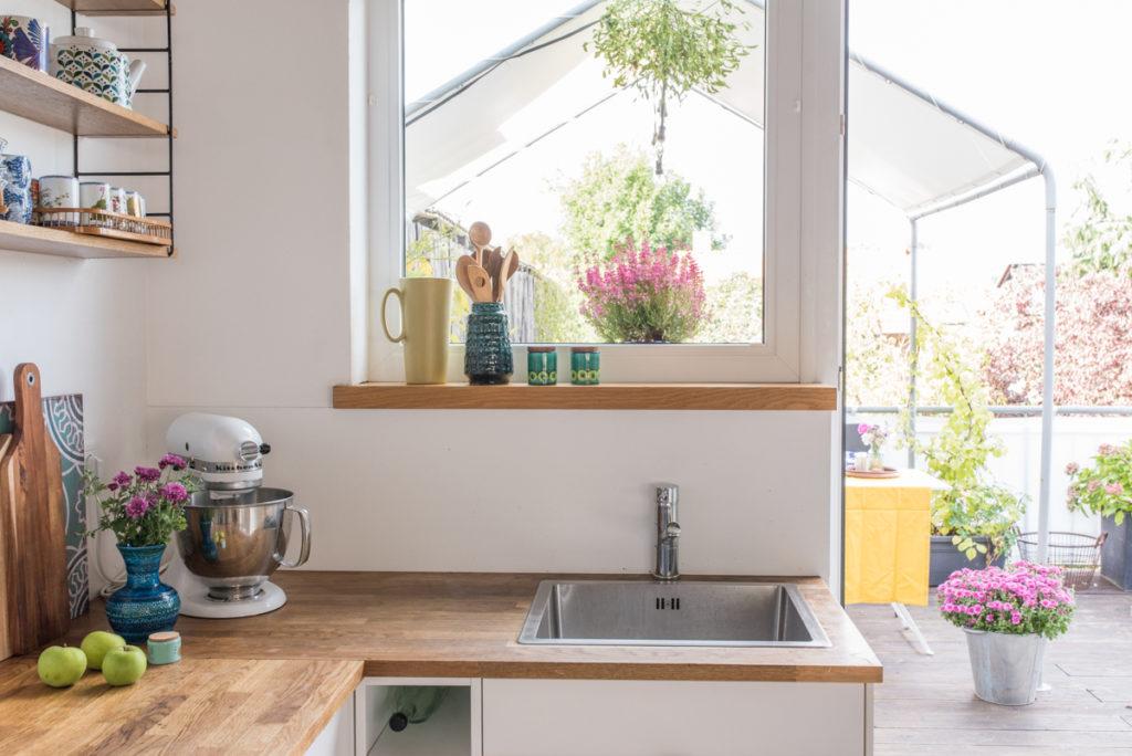 Vintage Deko im skandinavischen Look in der Küche im Herbst