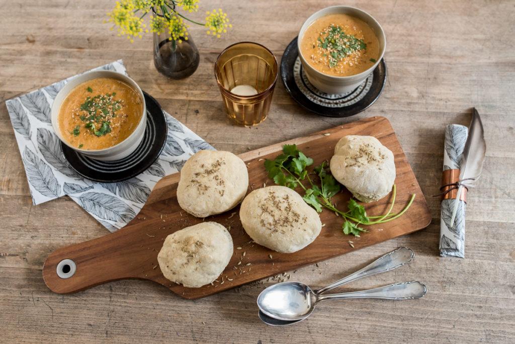 Rezept für herbstliche rote Linsen Kokos Suppe mit Gewürz Brötchen mit Koriander und Fenchel