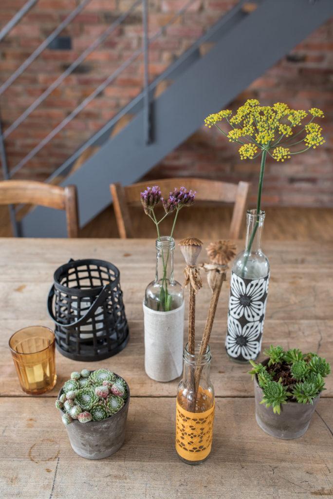 DIY upcycling Vase aus Altglas und Stoffresten als Deko für das Wohnzimmer im Herbst im vintage Look
