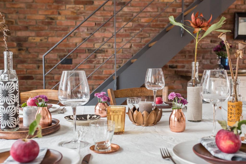 Herbstliche Tischdeko im vintage Look und Naturtönen mit einem Klecks Kupfer