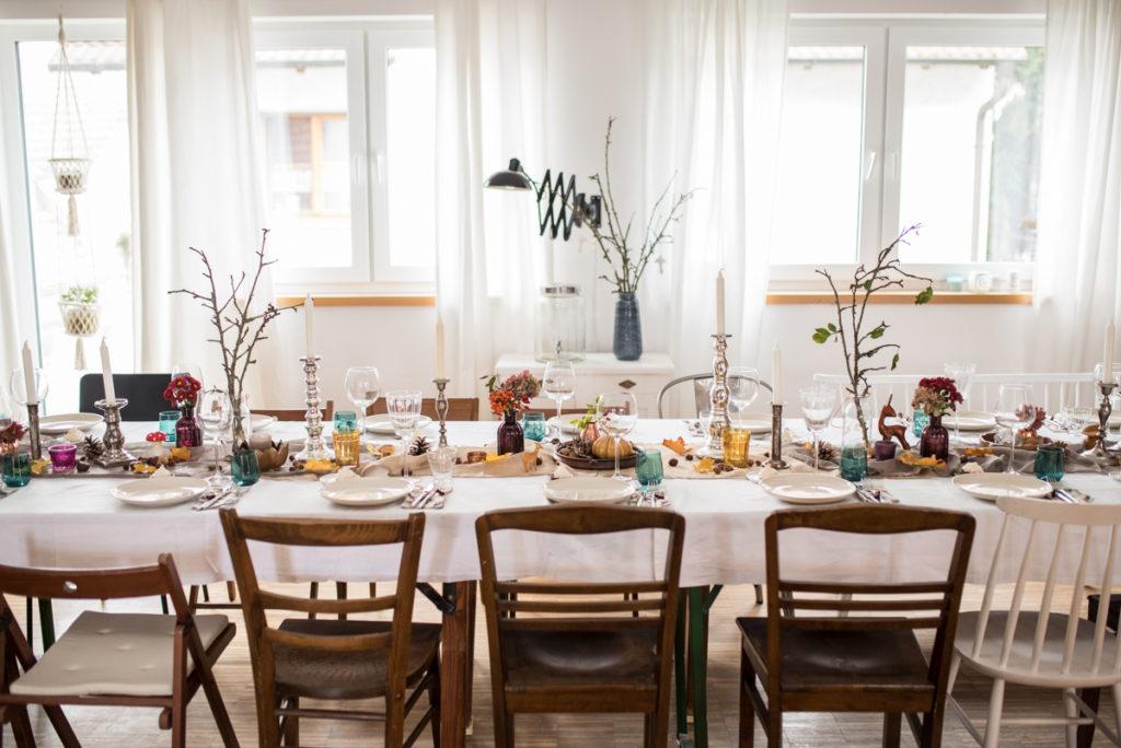 Herbstliche Party Tischdeko im Boho vintage Stil mit Deko aus dem Wald
