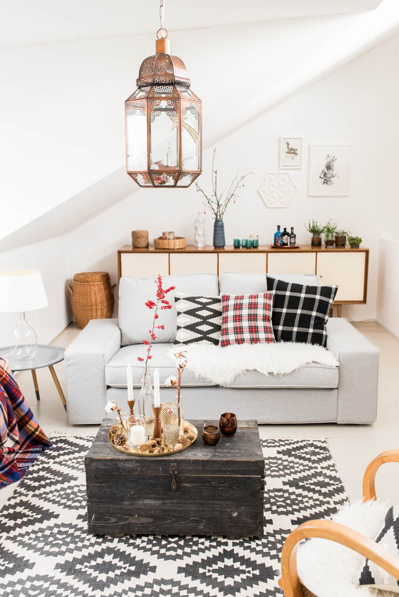 Dekoideen für das Wohnzimmer im Winter und Weihnachtsdeko mit Karo und Ikatmuster im vintage Look