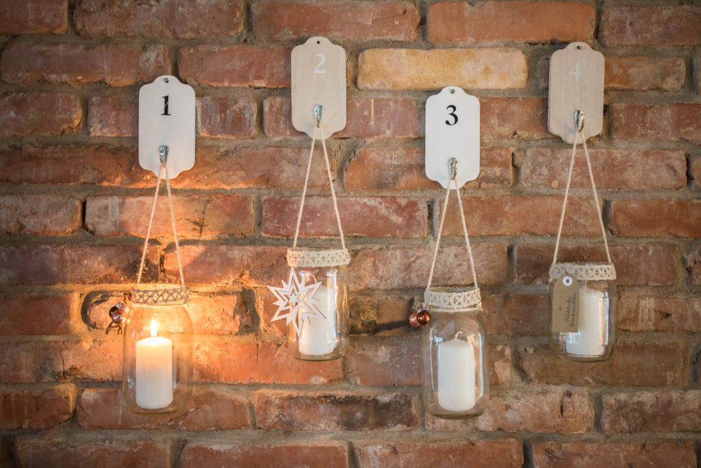 Hängender Adventskranz aus alten Einmachgläsern als Weihnachtsdeko für die Wand