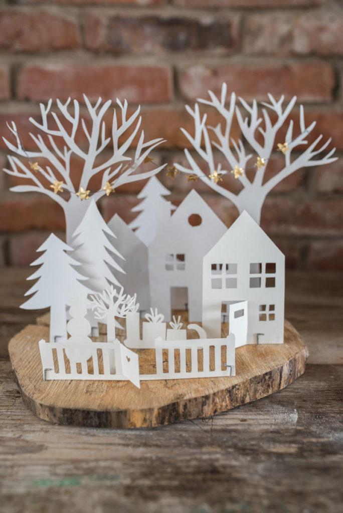 Diy weihnachtsdeko winter dorf aus papier auf holz - Weihnachtsdeko aus holz vorlagen ...