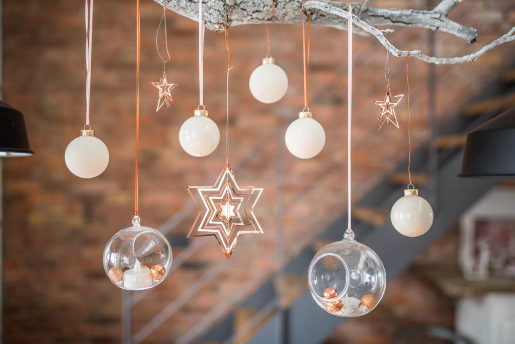 Weihnachtsdeko in Weiß mit Kupfer an einem Ast über dem Esstisch im skandinavischen vintage Look