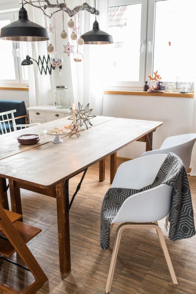 Weihnachtsdeko in Weiß und Kupfer am Ast über dem Esstisch im skandinavischen vintage Look