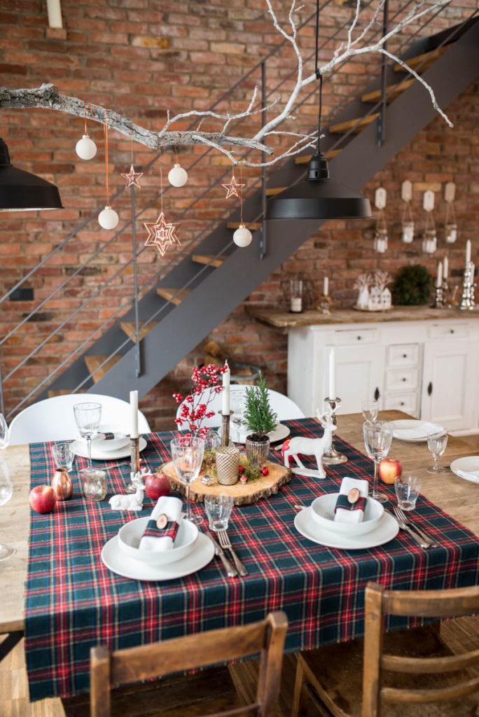 Weihnachtliche Tischdeko im rustikalen Look mit Karo und Holz in den Farben Rot, Kupfer und Weiß