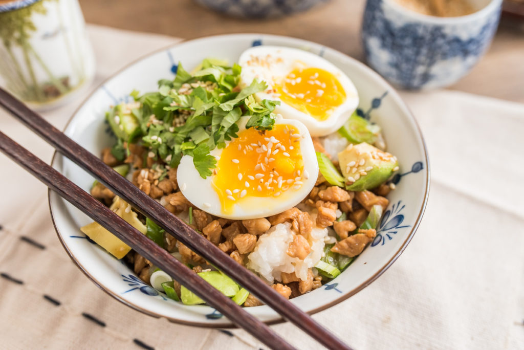 Rezept für japanisches Donburi mit Reis , Avocado und Hähnchenhackfleisch als leckeres Soulfood für den Winter