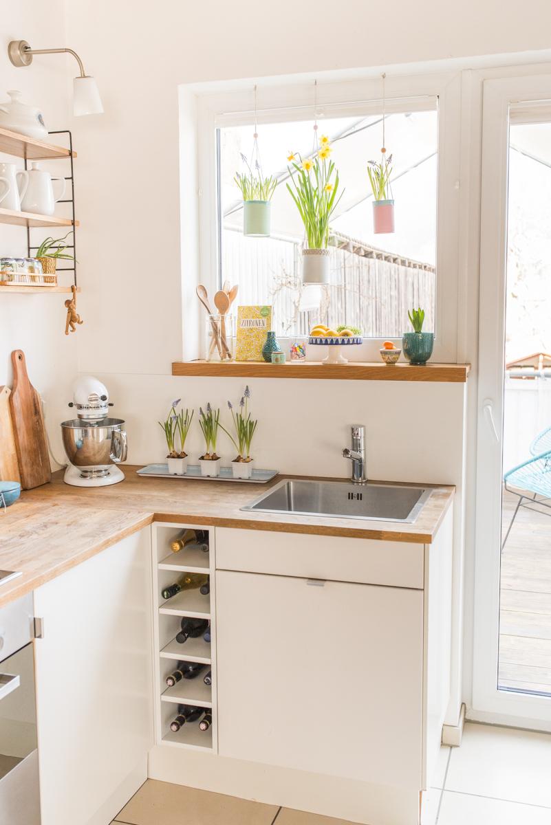 Selbst gemachte upccling DIY Blumenampen aus alten Dosen in Pastellfarben als Deko für das Küchen Fenster im Frühling