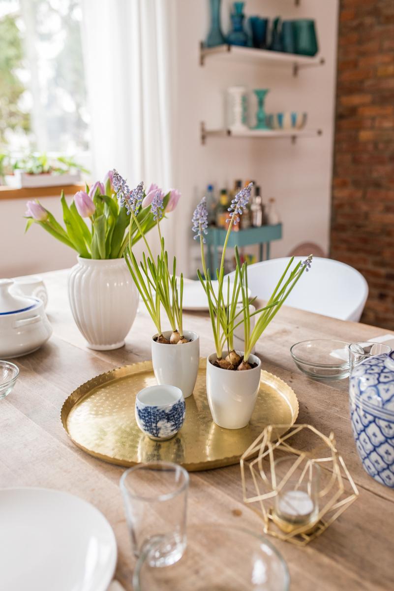 Tischdeko mit Frühblühern im Frühlings vintage Look mit Deko Accessoires in Messing und Weiß