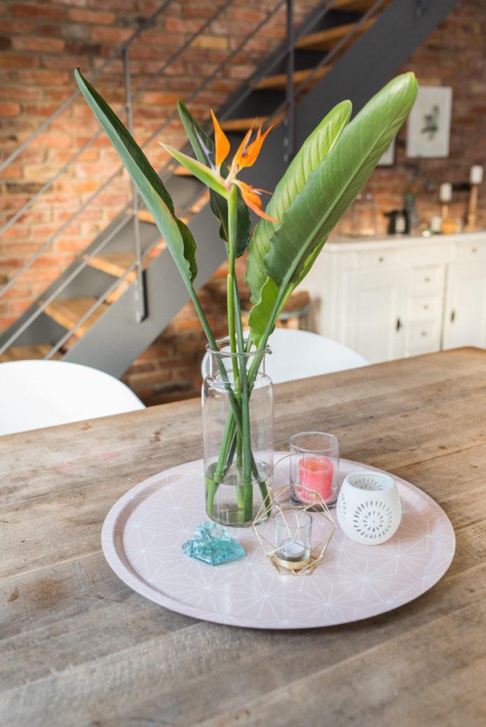 Tischdeko mit tropischen Palmen Blättern im boho vintage Look