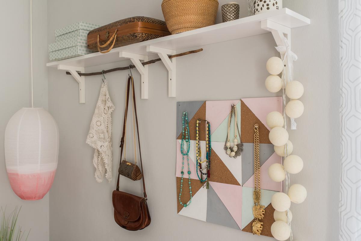 Dekoideen für das Schlafzimmer im modernen skandinavischen Boho vintage Look in Grau und mit Accessoires in frischen Farben