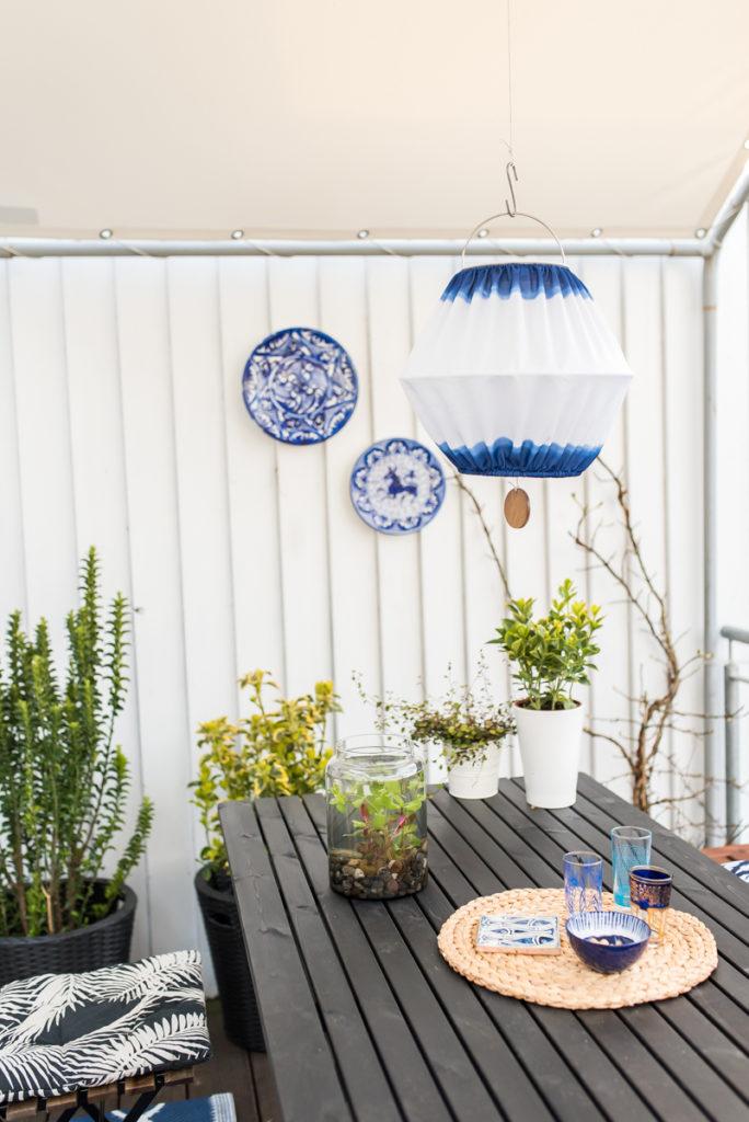Dekoideen für den Balkon im Frühling mit Ikea und Deko in Schwarz und Blau