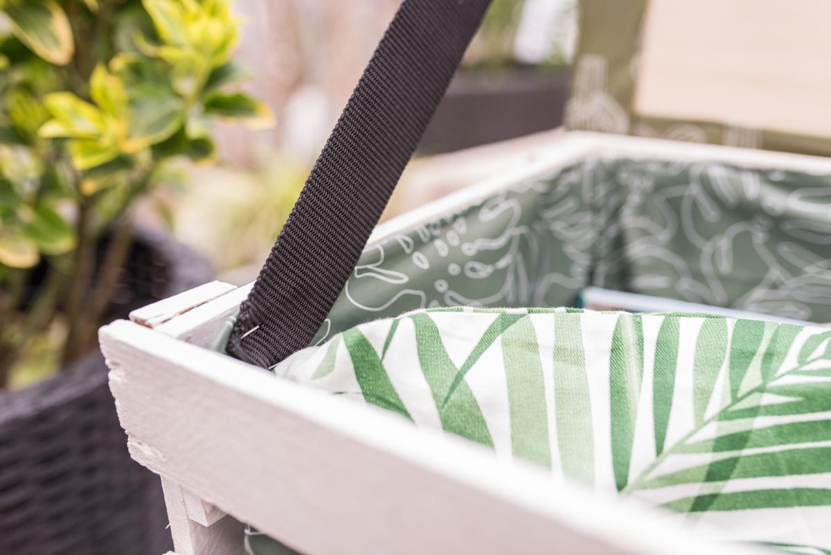 Anleitung für einen selbst gemachten DIY upcycling Balkontisch mit Aufbewahrung für Kissen als Deko und Tisch für den Balkon