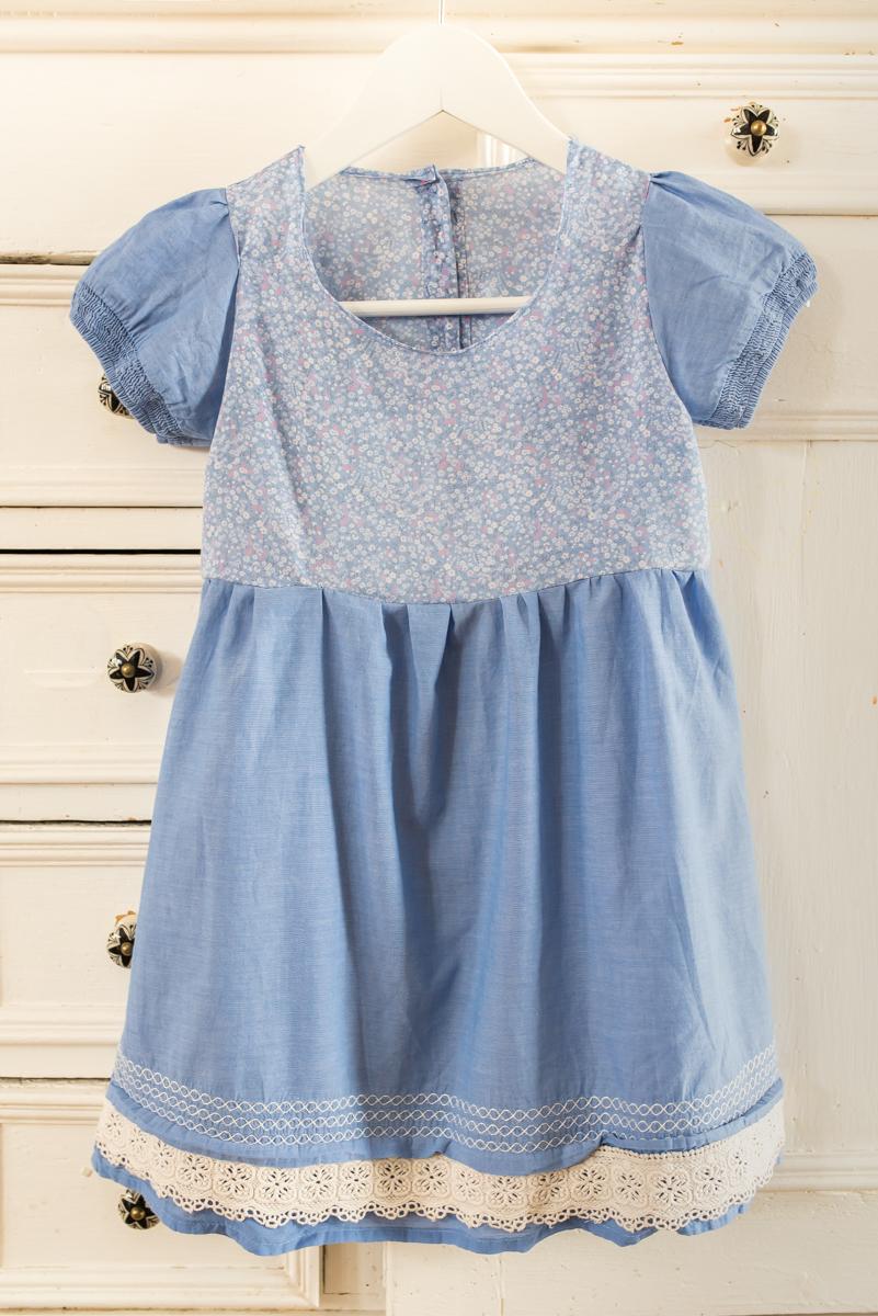 DIY Anleitung für ein selbst genähtes upcycling Kinderkleid aus zwei alten Blusen in Hellblau für den Sommer