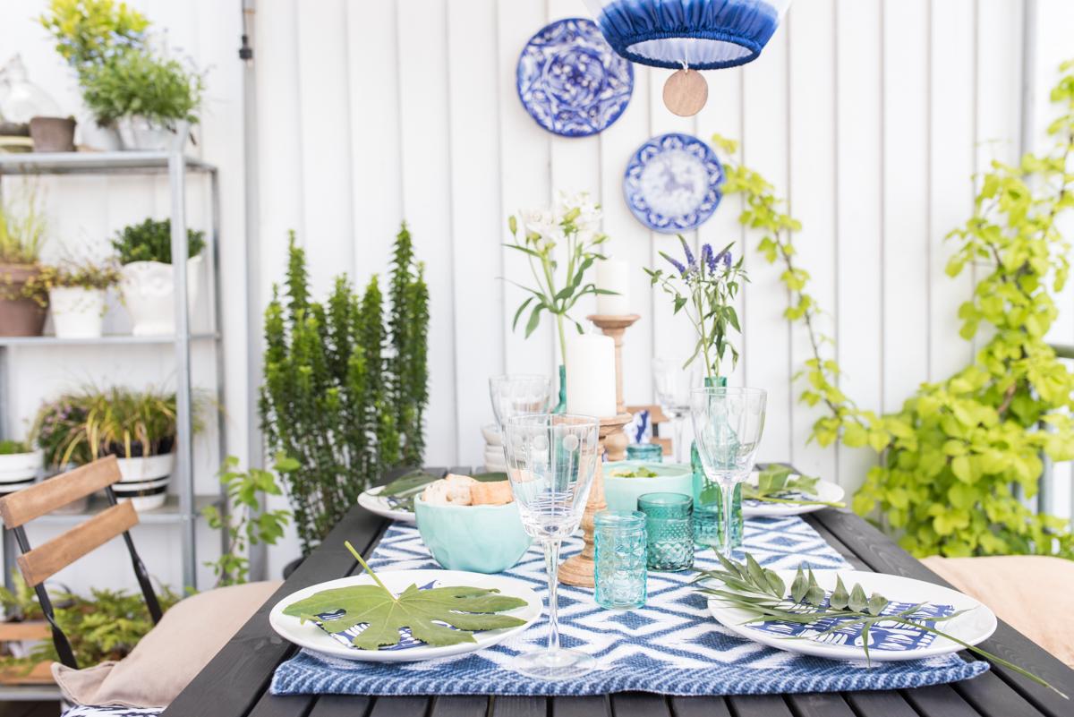 Tischdeko im Boho vintage Look in sommerlichem Blau und Türkis auf dem Balkon