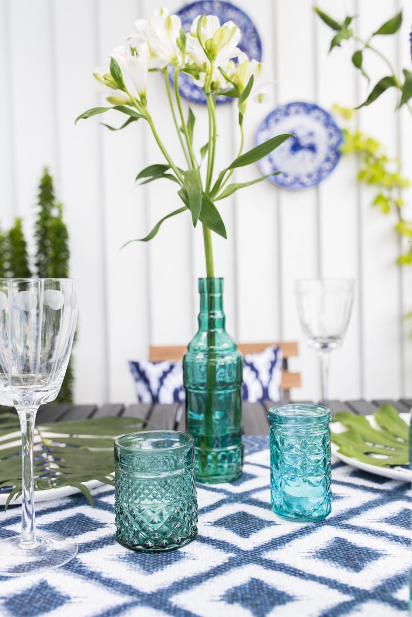 Tischdeko im Boho vintage Look in sommerlichem Blau und Türkis auf dem Balkon und Rezept für schwarzen Quinoa Salat mit Mango und Avocado zum Grillen