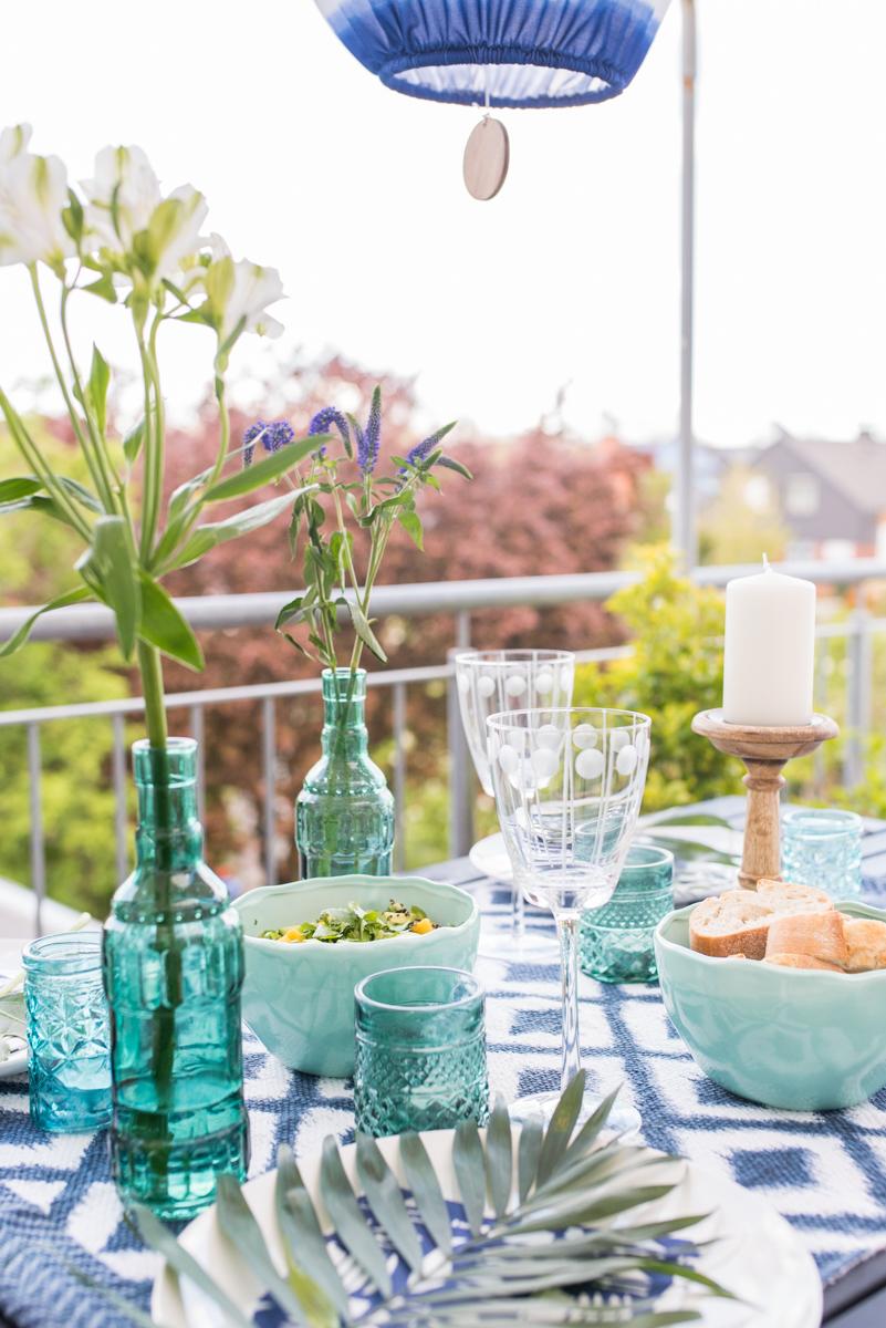 Deko in sommerlichem Türkis und Blau auf dem Balkon