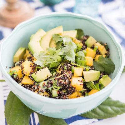 Tischdeko auf dem Balkon und schwarzer Quinoa Salat mit Mango und Avocado