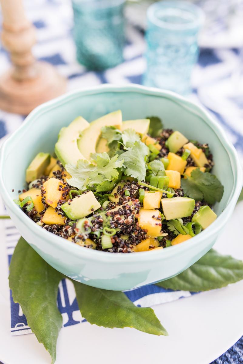 tischdeko auf dem balkon und schwarzer quinoa salat mit mango und avocado leelah loves. Black Bedroom Furniture Sets. Home Design Ideas