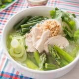Hühnersuppe mit grünem Gemüse und asiatischem Touch