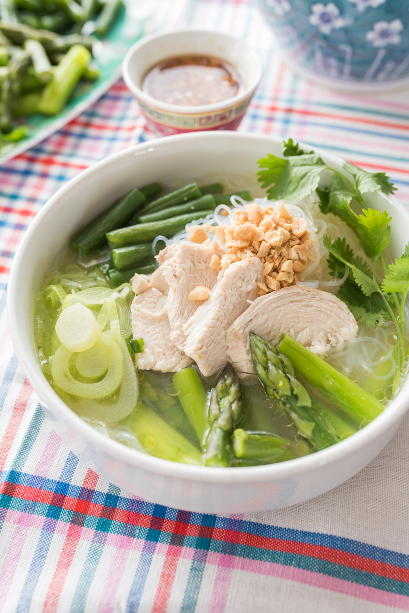 Rezept für eine leichte asiatische Hühnersuppe mit grünem Gemüse, grünem Spargel und Glasnudeln