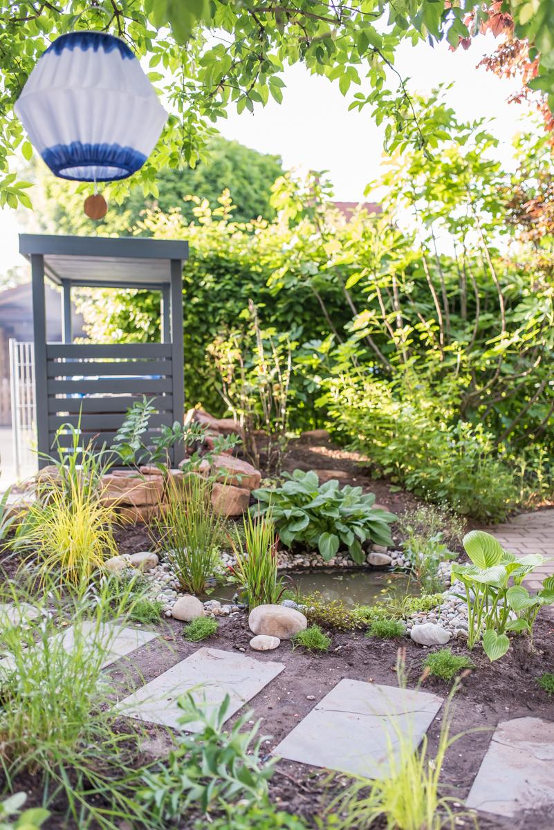 Selbst angelgter Mini Teich im Garten als Wochenendprojekt für den kleinen Garten