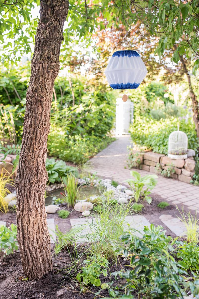 Selbst angelegter Mini Teich als Wochenendprojekt für den kleinen Garten