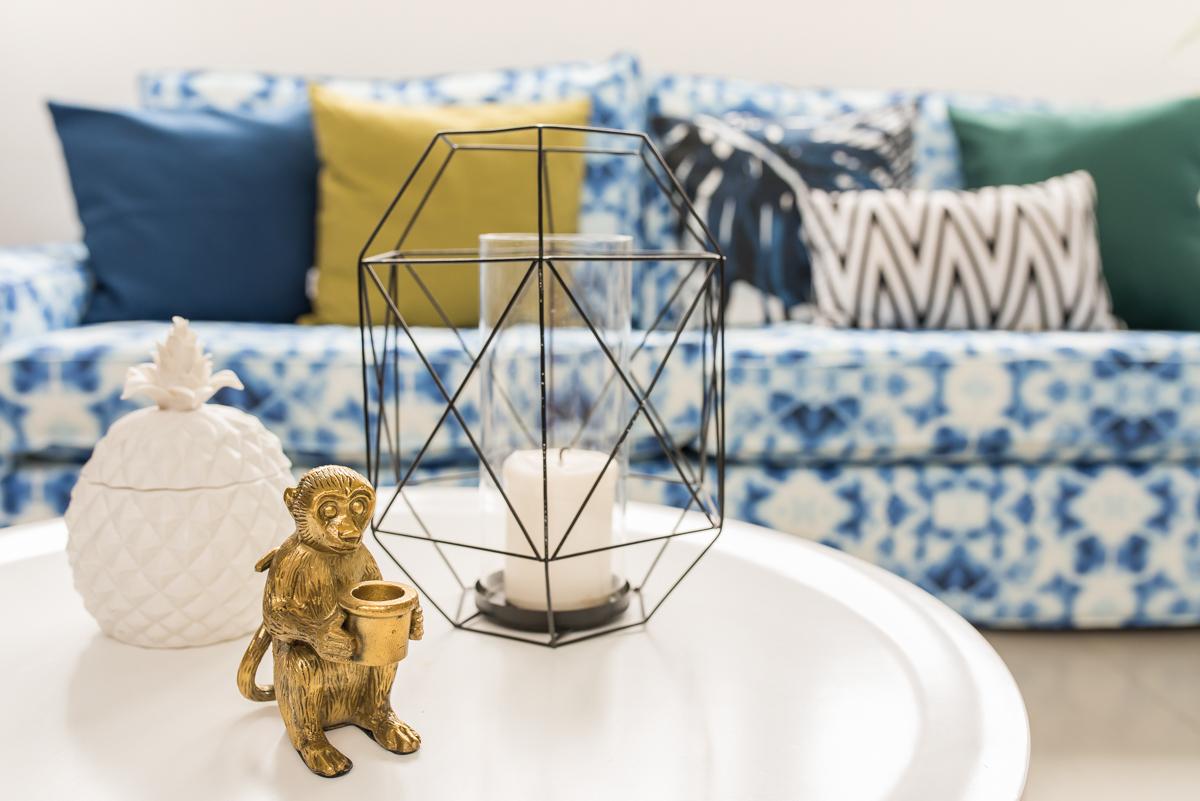 Sommerliche Einrichtung mit Deko im Wohnzimmer mit bunten Farben und Mustern im Boho vintage Look