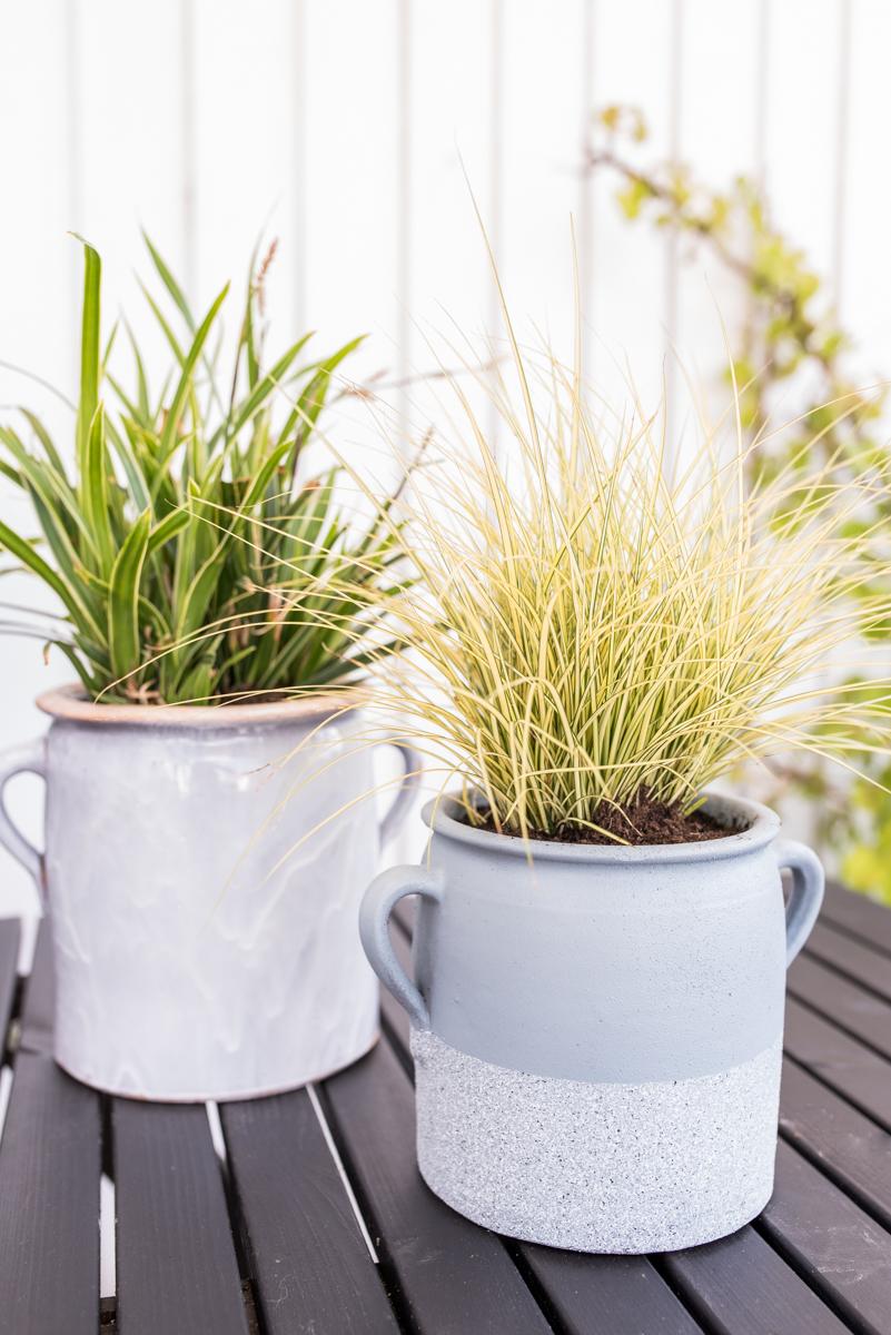 DIY Pflanzgefäße vom Flohmarkt mit Farbe ansprühen und bepflanzen als Deko für den Balkon