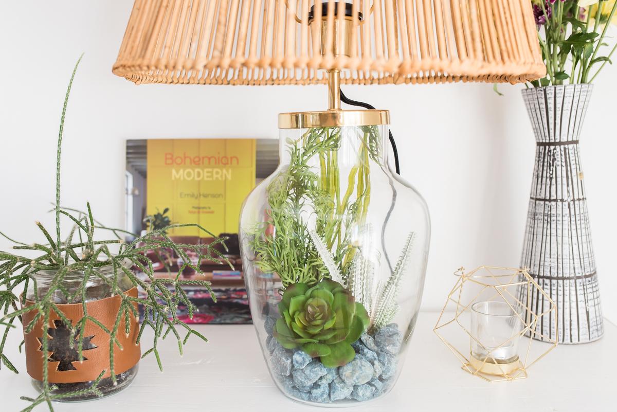 Dekoideen für das Wohnzimmer im Sommer im bunten Boho Look mit Ethno Deko und vintage Möbeln