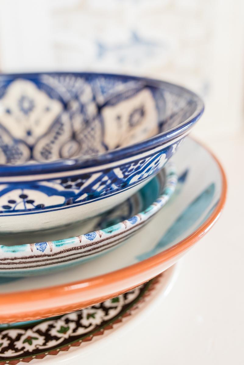 Dekoideen für den Sommer im maritimen Look mit Fischen und Geschirr in blau und Weiß als Deko für das Sideboard im vintage Stil