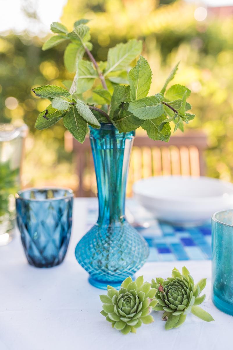 Tischdeko Ideen für den gedeckten Tisch im Sommer Garten im orientalischen Look in Blau und Weiß