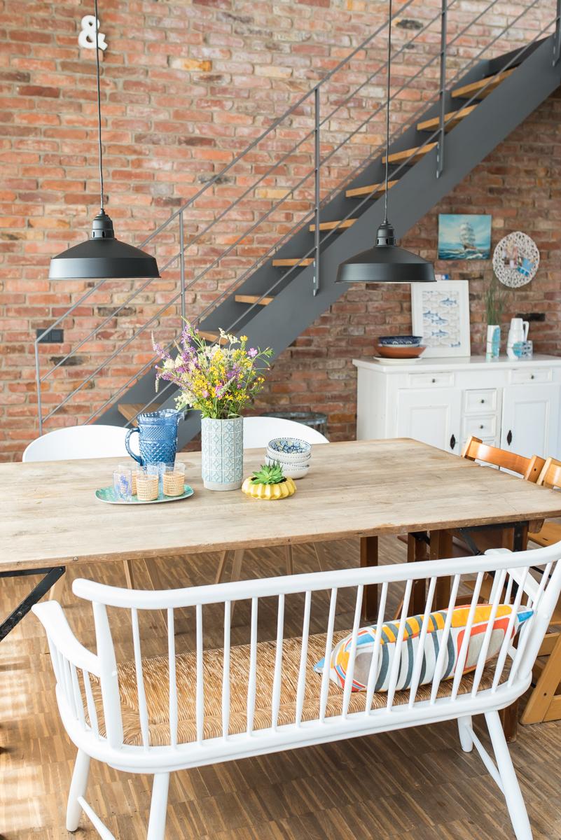 Einrichtungsideen für das sommerliche Wohnzimmer im vintage Look mit Backsteinwand und Deko im Boho vintage Stil