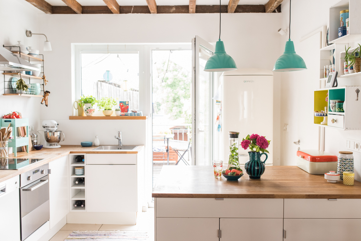 Deko Ideen für die Küche im skandinavischen Boho vintage Look mit bunten Farben im Sommer