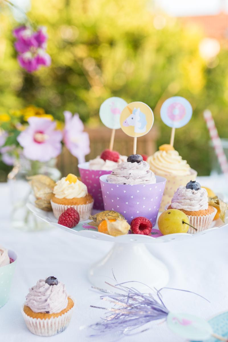 Dekoideen für die Tischdeko zum Kindergeburtstag im Garten im Sommer mit free printables und Einhörnern in Pastellfarben