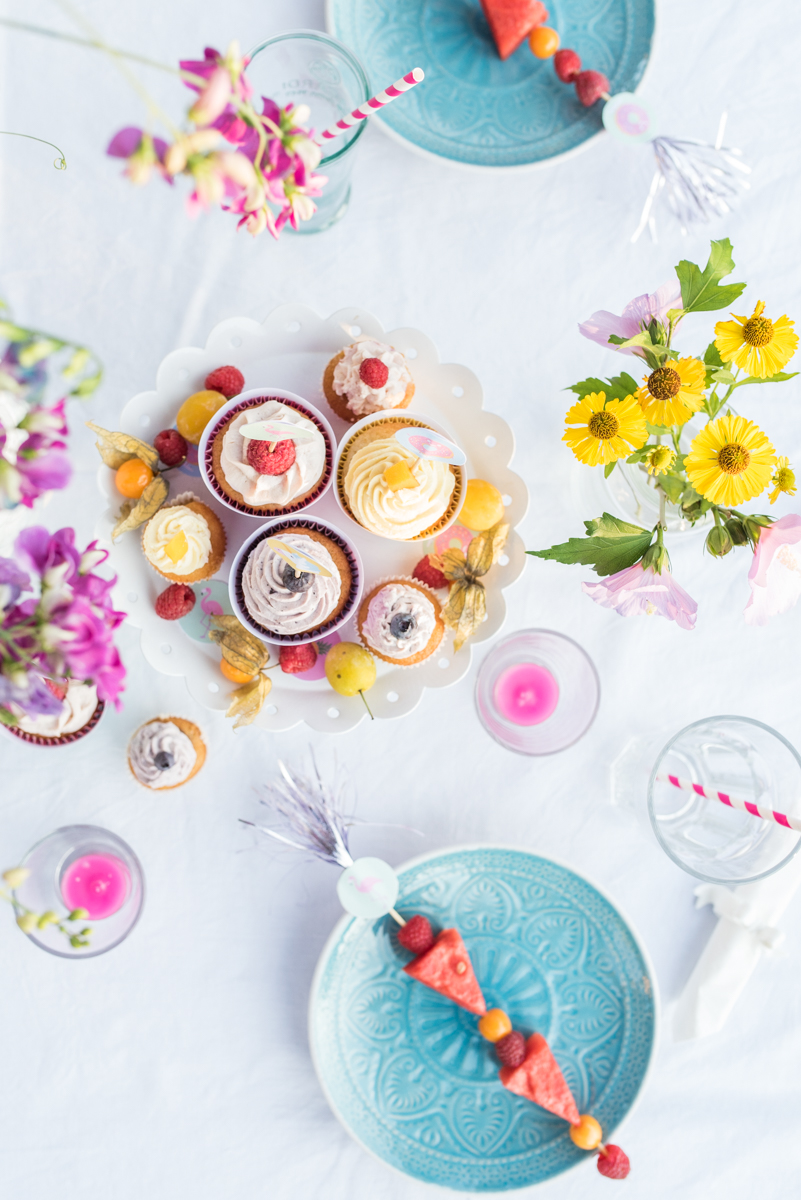Dekoideen für die kindergeburtstag Party im Garten mit free printables und Einhörnern in Pastellfarben