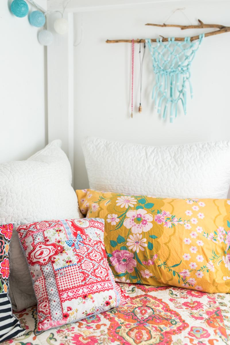 Einrichtungsideen für das Mädchen Kinderzimmer mit selbst gebautem Hochbett und Deko im Boho Hippie Look