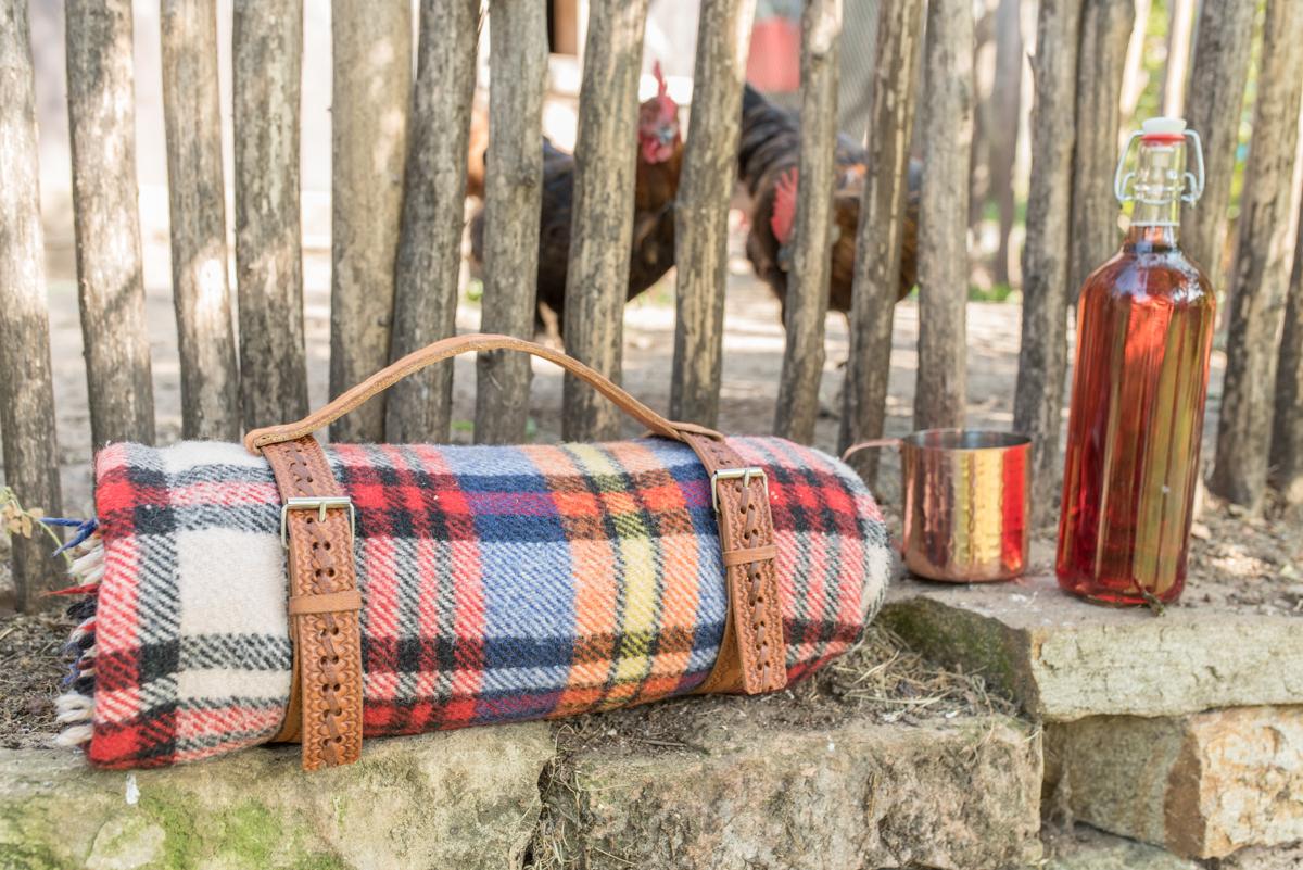 DIY upcycling Geschirr und Tragegriff für eine Picknick Decke aus alten Leder Gürteln vom Flohmarkt im Boho vintage Look