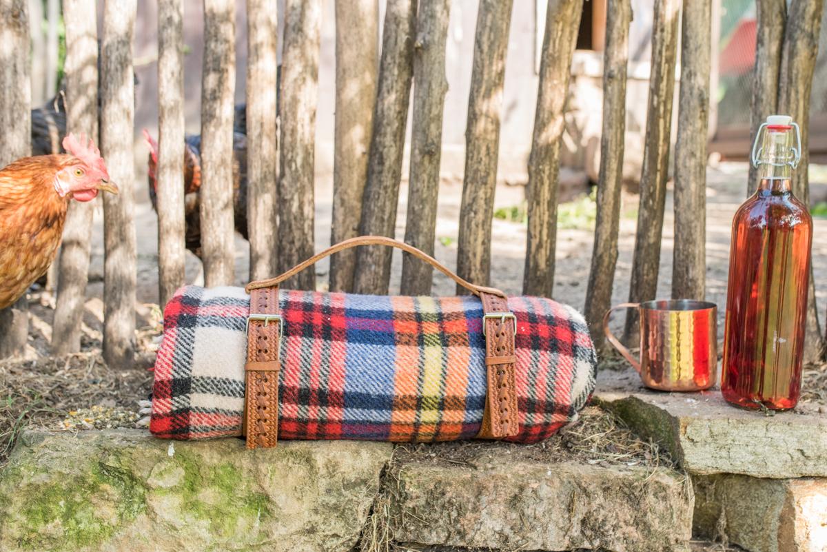 Anleitung für ein DIY upcycling picknick Decken Geschirr und Tragegriff aus alten Leder Gürteln vom Flohmarkt im Boho vintage Look