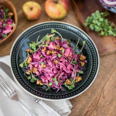 Leckerer Herbsteinstieg: Rotkohl-Apfel Salat mit karamellisierten Walnüssen