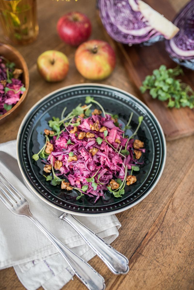 Rezept für Coleslaw Salat aus Rotkohl und Äpfeln mit karamellisierten Walnüssen als leckeres und gesundes Essen für den Herbst