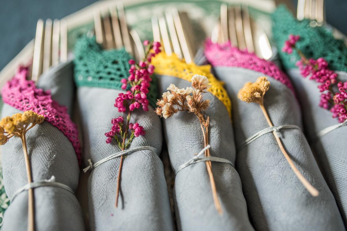 DIY upcycling aus alten Stoffservietten mit Textilfarbe und Spitzenborte als Tischdeko für den Herbst im Boho vintage Look