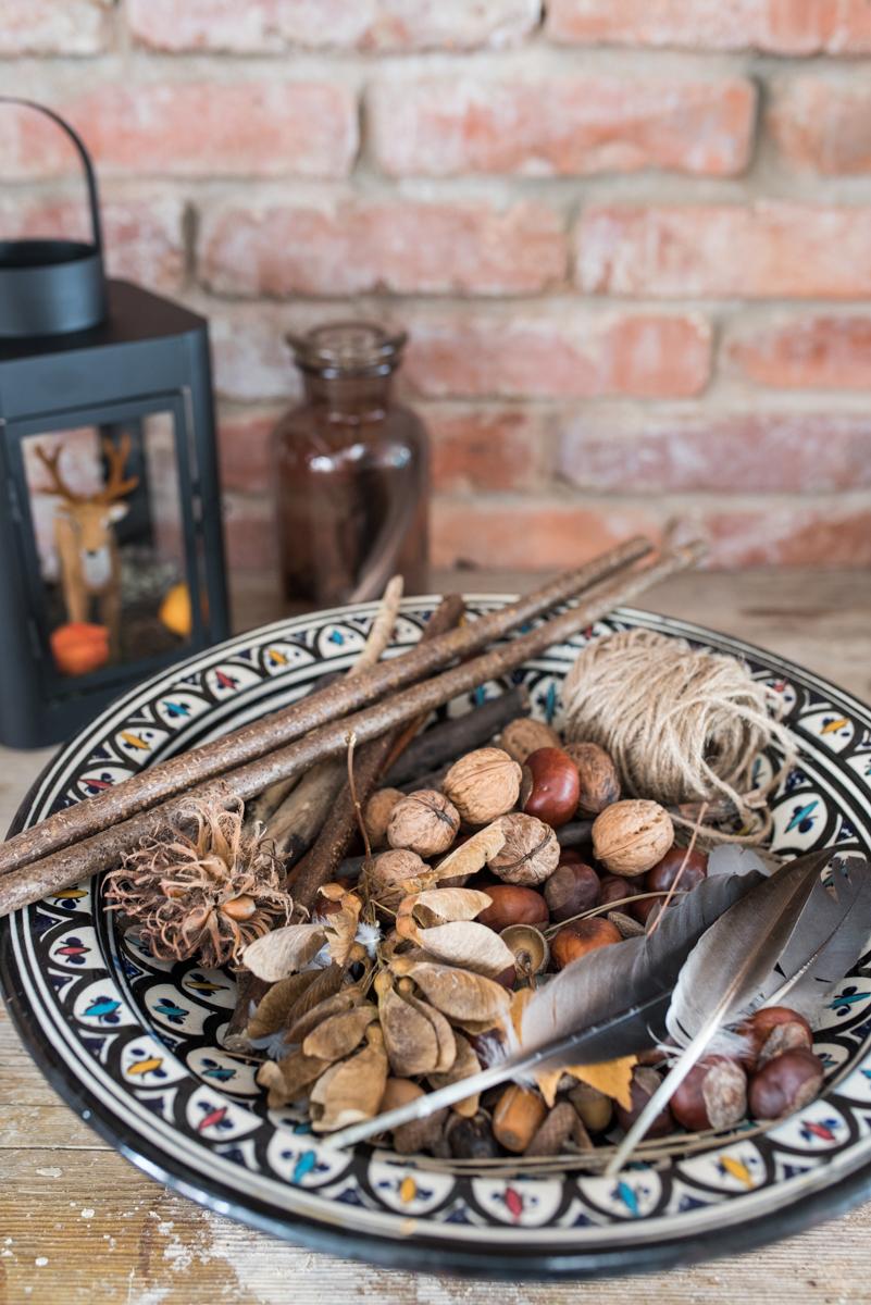Dekoideen für den Herbst auf dem Tisch mit Herbstblumen, Kerzen und Deko im Boho vintage Look